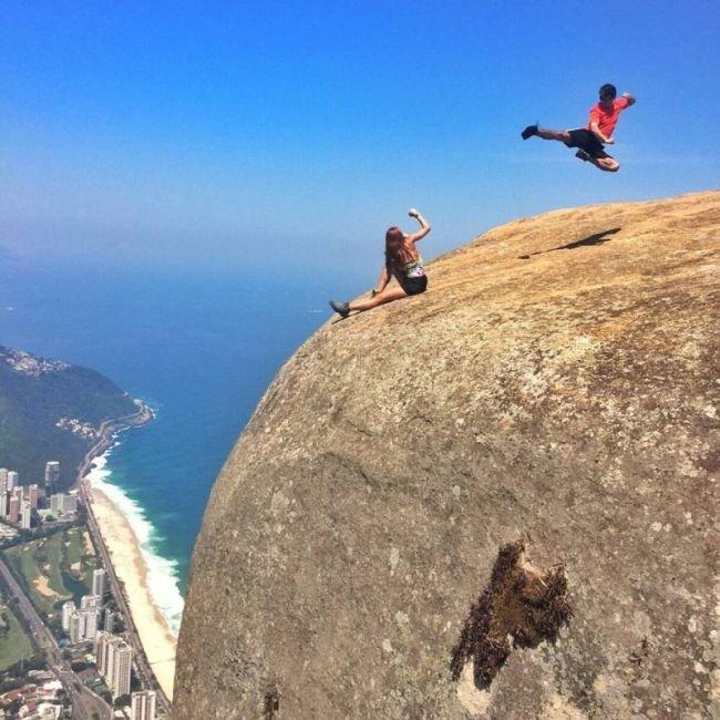 Невероятные фото бесстрашных туристов на скале Педра-да-Гавеа в Бразилии (6 фото)