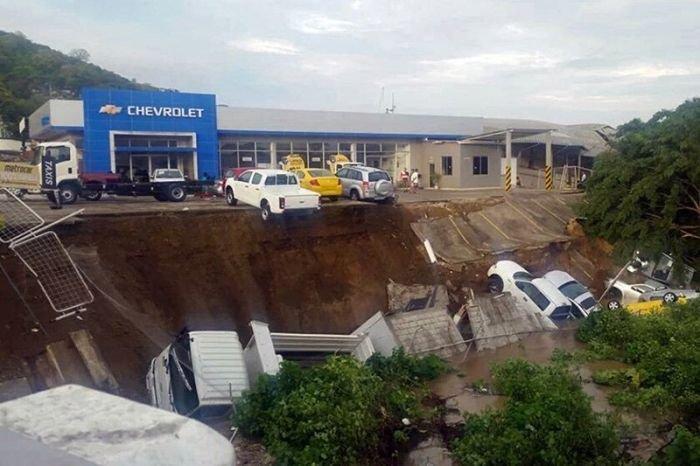 Последствия сильнейшего землетрясения в Эквадоре (25 фото)