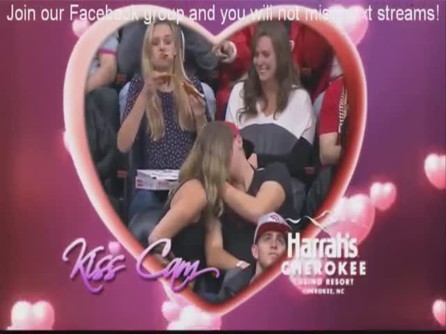 Смешная девушка в объективе камеры поцелуев