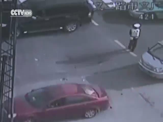 Полицейские в Китае предотвратили дорожный коллапс