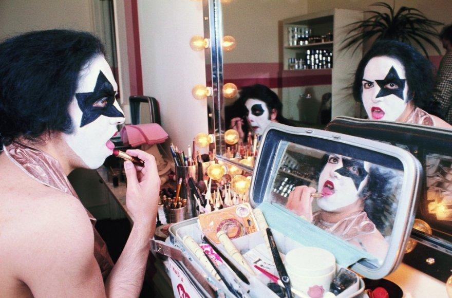 Группа «Kiss» наносит свой знаменитый грим