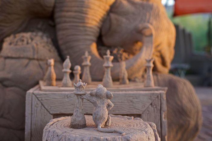 Cкульптура из песка, изображающая слона и мышь, играющих в шахматы (9 фото)