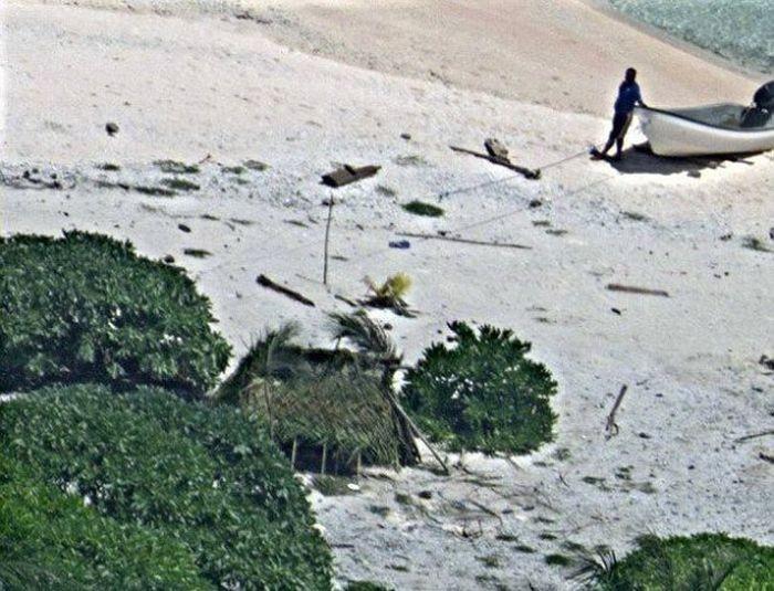 Надпись «SOS» помогла паре спастись с необитаемого острова (3 фото)