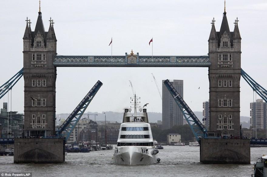 Роскошная яхта российского олигарха прибыла в Лондон