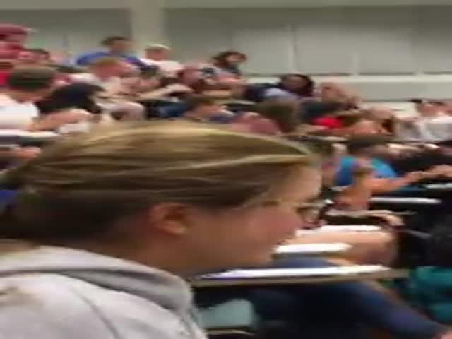 Студент на спор закинул бумажный шар в ведро