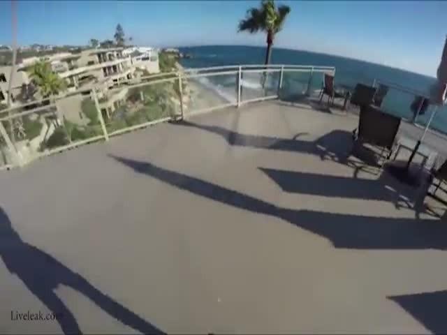 Экстремал прыгнул в бассейн с крыши отеля
