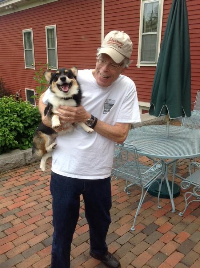 Стивен Кинг завел собаку неожиданной породы и назвал ее Исчадием Ада