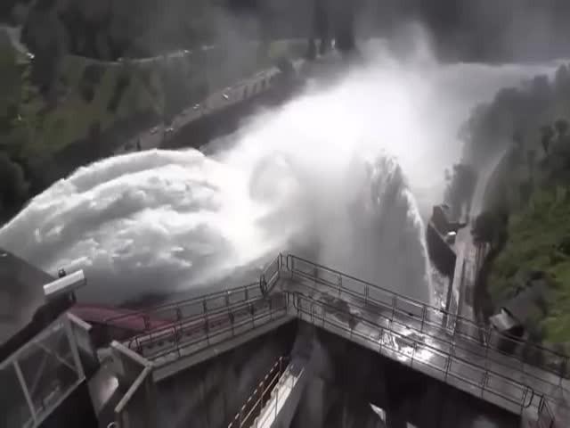 Сброс воды на плотинах