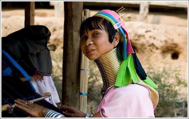 Женщины-жирафы племени падаунг в Бирме
