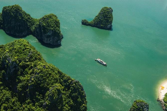 Халонг — одна из самых красивых бухт мира