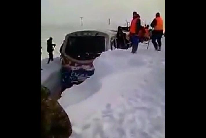 тепловоз застрял в снегу