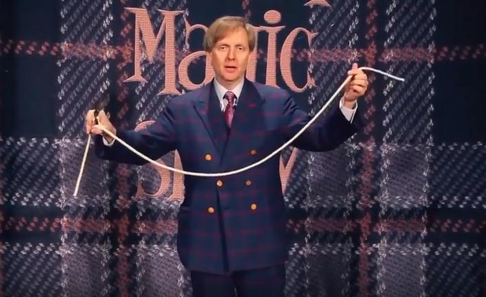 Фокусник из Лас-Вегаса показывает трюки с веревкой.