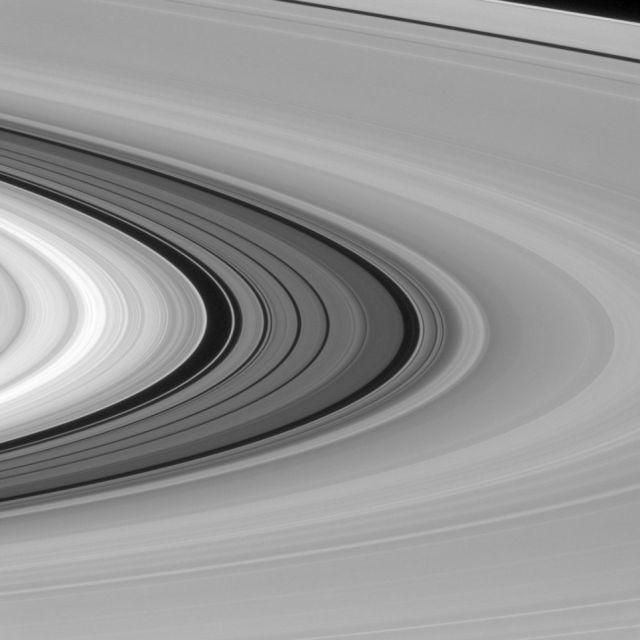 Фото Сатурна от зонда «Кассини», которого больше не будет (8 фото)