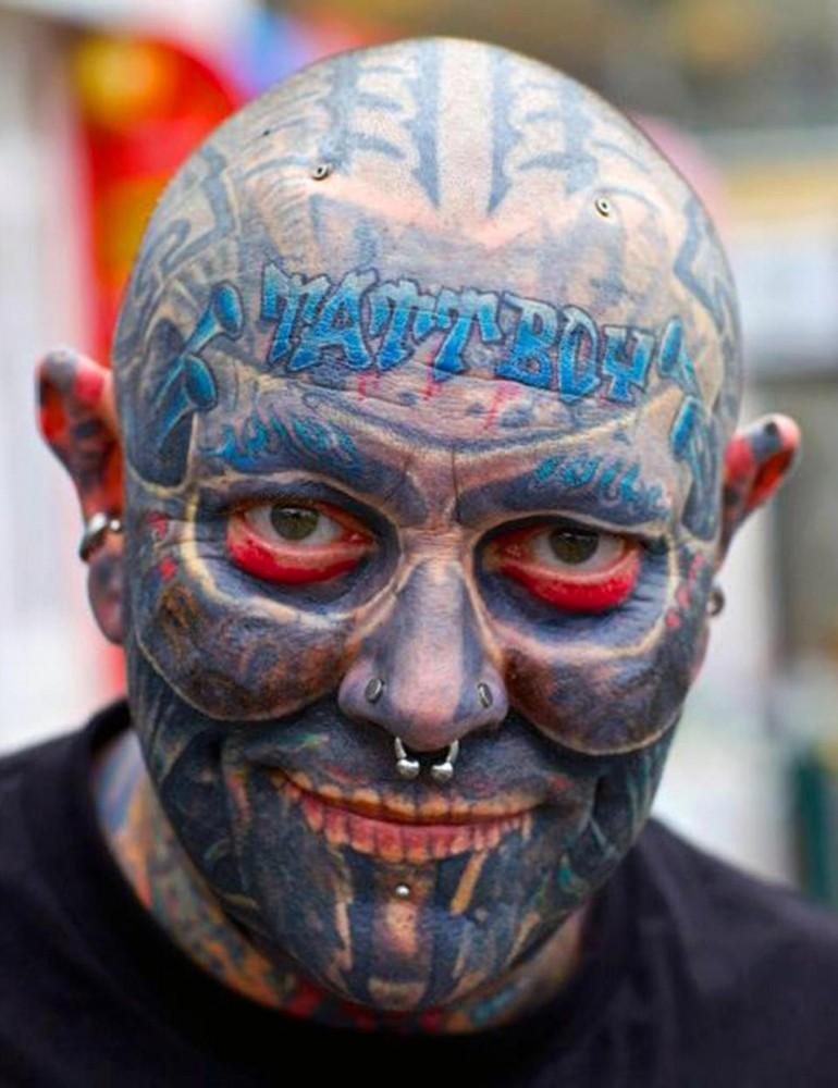 Бывший офисный работник потратил $100 000, чтобы покрыть 90% тела татуировками (15 фото)