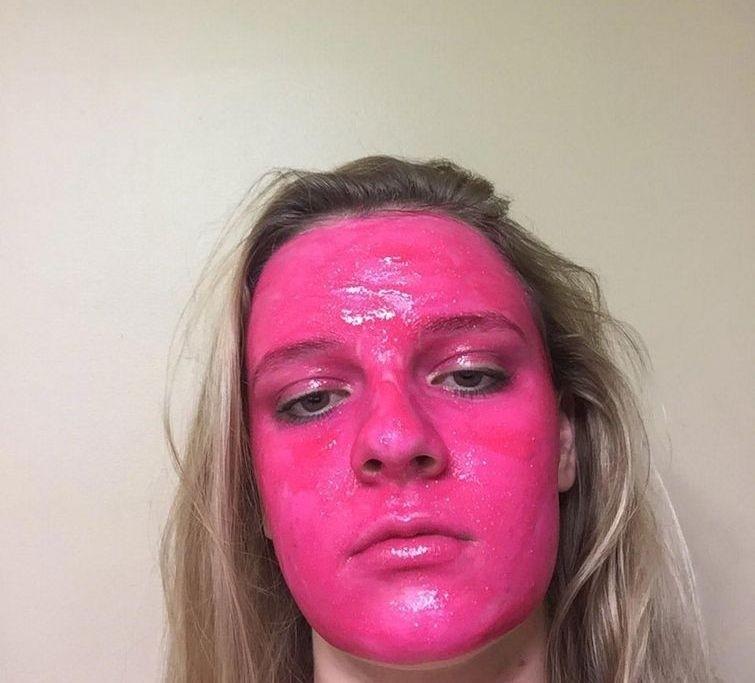 """Девушка намазала лицо розовой """"смывающейся"""" краской, но после смывки её ждал сюрприз (5 фото)"""