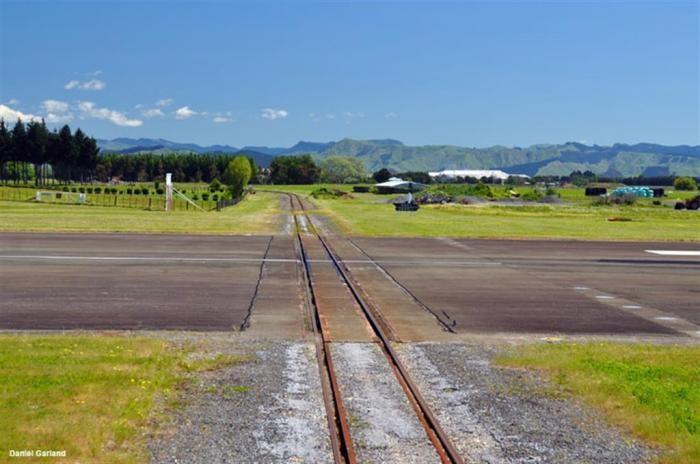 Самолёт уступает дорогу поезду (7 фото)