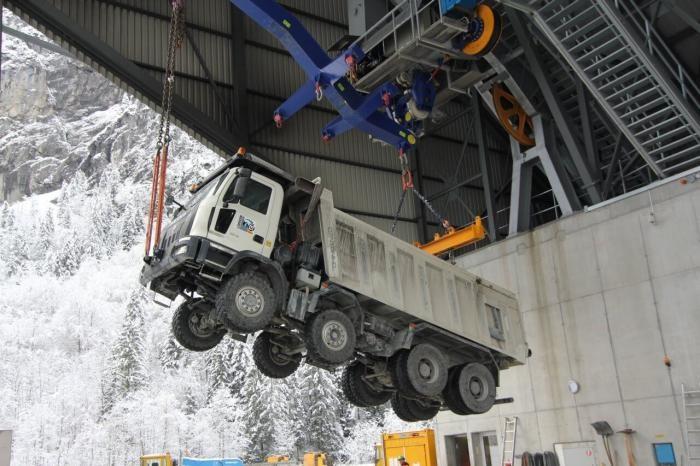 Зачем технику тащат в горы и что такое грузовые канатные дороги (6 фото)
