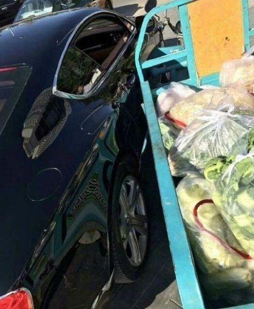 Китаец отделался пучком лука за поврежденный Bentley (3 фото)