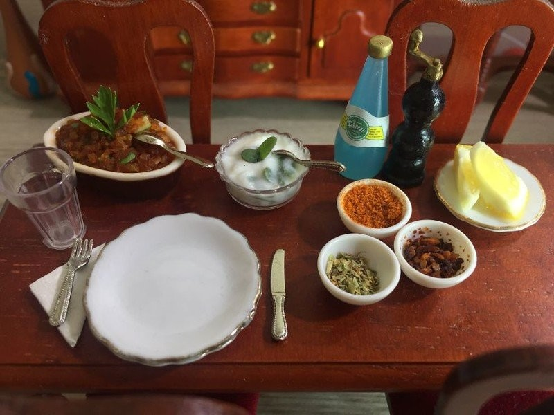 Миниатюрная кухня 1:12 с настоящими блюдами (9 фото)