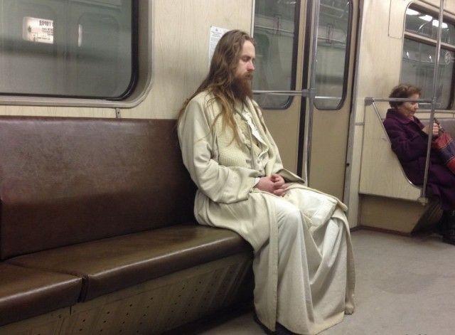 Необычные пассажиры российского метро (35 фото)