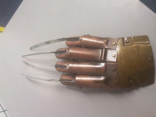 Лондонская полиция нашла «перчатку Фредди Крюгера» (2 фото)