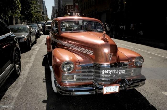 Старый медный Кадиллак на улицах Нью-Йорка (7 фото)