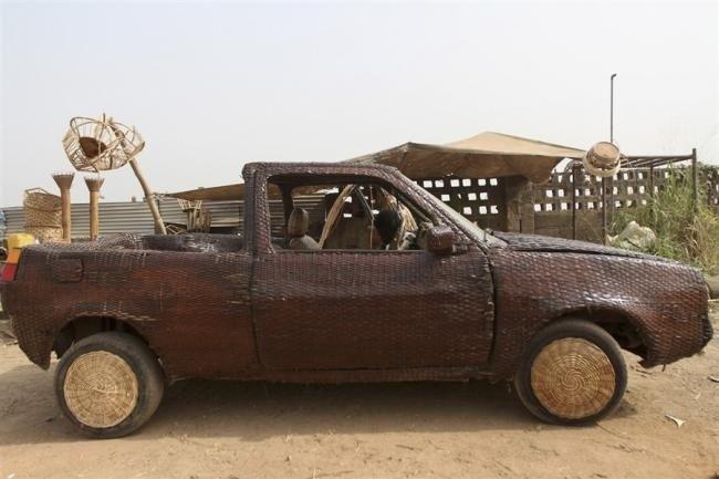 Автомобиль, сплетенный из тростника (5 фото)