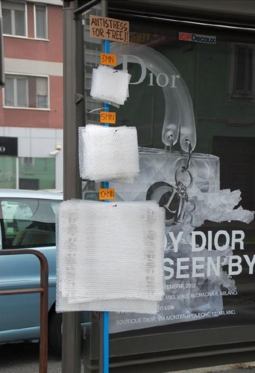 Бесплатный антистресс на автобусной остановке (3 фото)