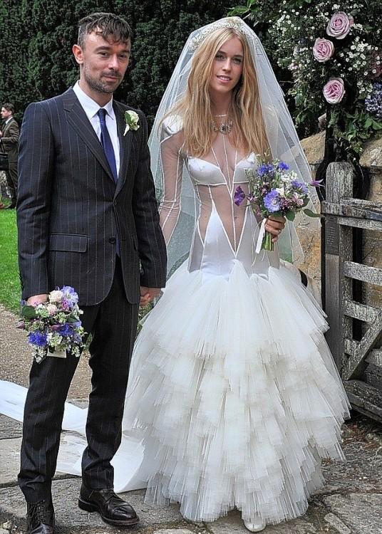 Откровенное свадебное платье модели-аристократки Леди Мэри Картерис (6 фото)