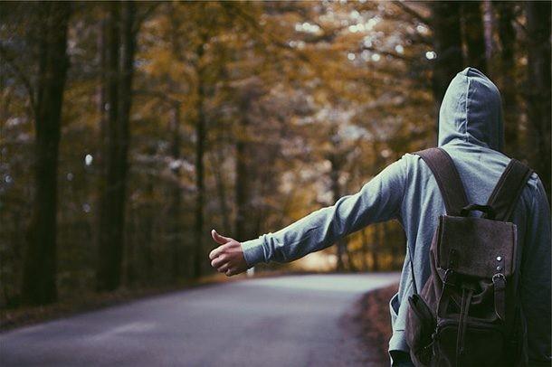 Все прелести автостопа или парочка сумасшедших историй от любителей путешествовать на попутках (5 фото)