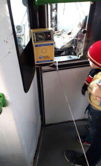 Находчивый водитель «починил» автобус (2 фото)