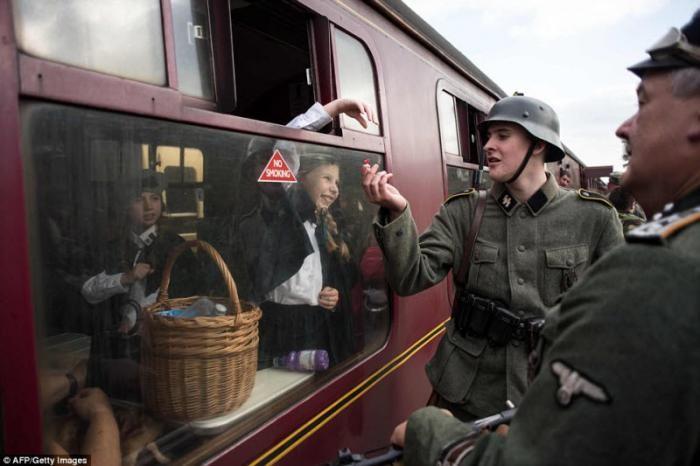 Фашисты на железнодорожной станции в Великобритании (30 фото)