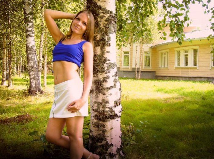 Девушки в коротких юбках (32 фото)