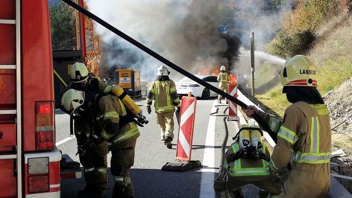 5 пожарных машин и 35 спасателей тушили электромобиль Tesla Model S в Австрии (6 фото)