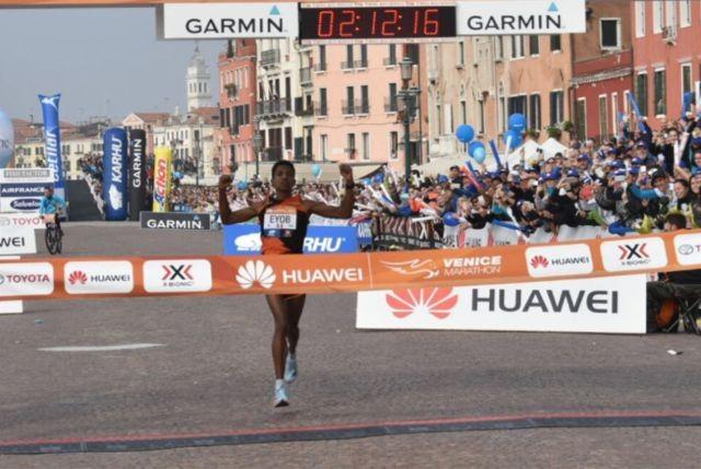 Бегун выиграл Венецианский марафон из-за ошибки соперников (3 фото)
