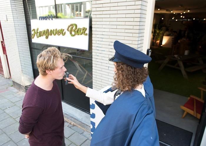 """Бар """"Похмелье"""" в Амстердаме: вход только после пьянки (13 фото)"""