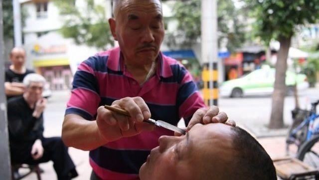 Престарелый китаец чистит глаза всем желающим опасной бритвой (5 фото)