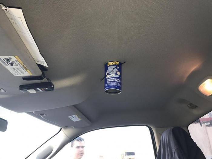 Не оставляйте в машине на жаре, различные спреи и аэрозоли (2 фото)