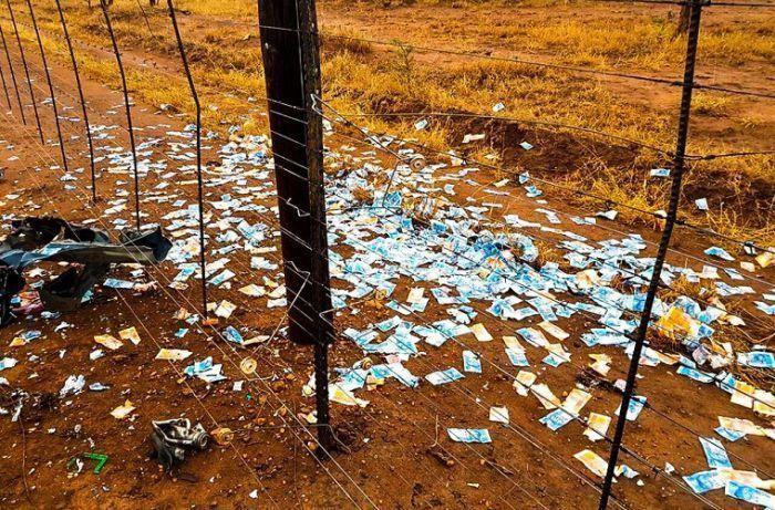 Грабители устроили денежный взрыв в инкассаторской машине (4 фото)