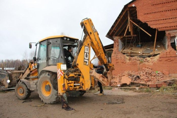 В Перми сносят незаконно построенные цыганское дома (5 фото)