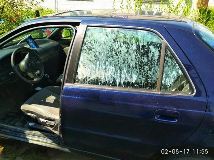 Йогурт взорался в салоне оставленного на солнце автомобиля (2 фото)