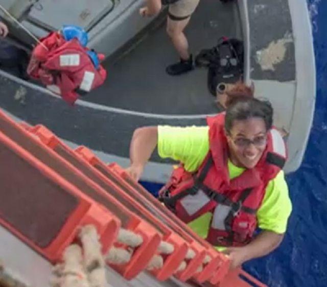Моряки ВМС США спасали двух американок, дрейфовавших 5 месяцев в океане (3 фото)