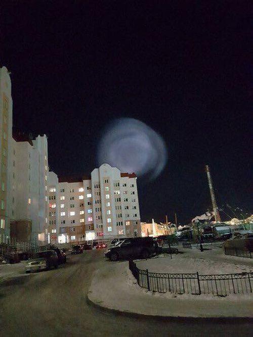 Необычный светящийся шар в небе над Салехардом (3 фото)