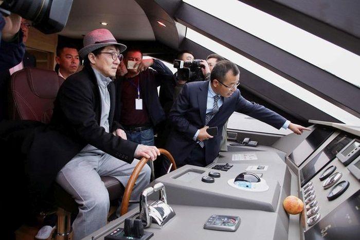Джеки Чан купил 38-метровую яхту (8 фото)