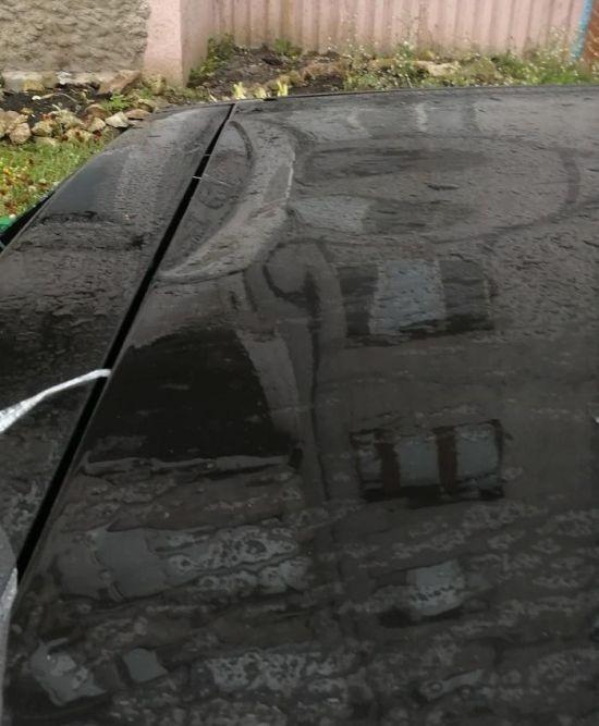 Renault Sandero не выдержал приземления пакета, наполненного водой (2 фото)