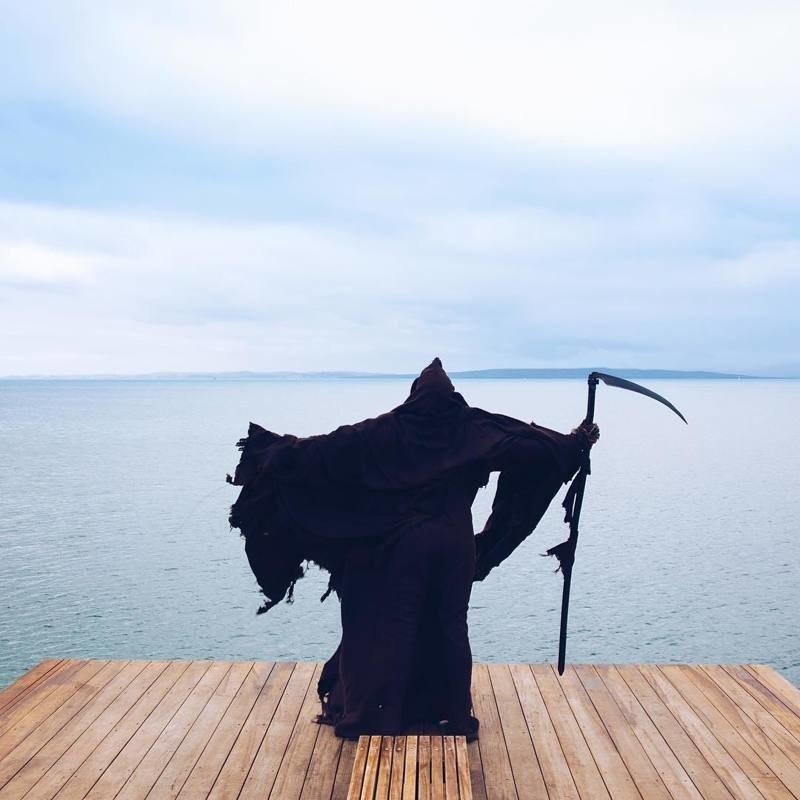 Смерть с косой напоминает: будьте осторожны в воде! (40 фото)