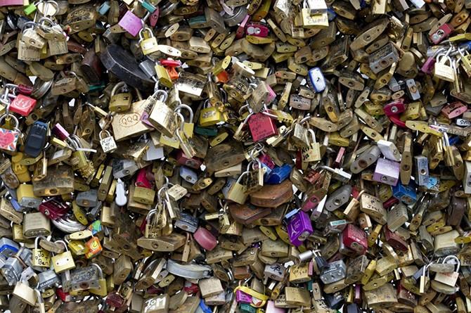 Миллион доказательств любви сняли с Pont des Arts в Париже (12 фото)
