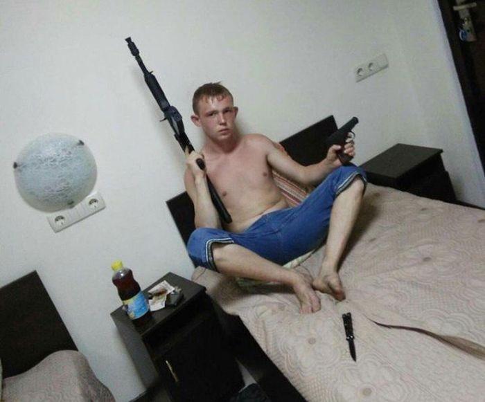 Опасные фото с оружием из соцсетей (20 фото)