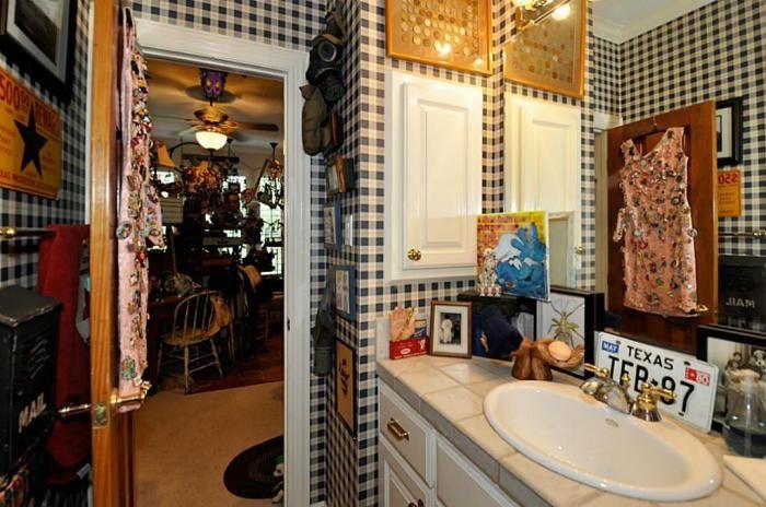 Странный дом выставлен на продажу на окраине Хьюстона (22 фото)