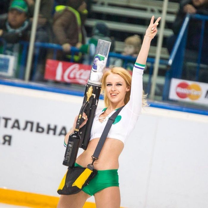 Прекрасная Ульяна Тригубчак - лидер группы поддержки Ice Girls ХК «Салават Юлаев» (34 фото)